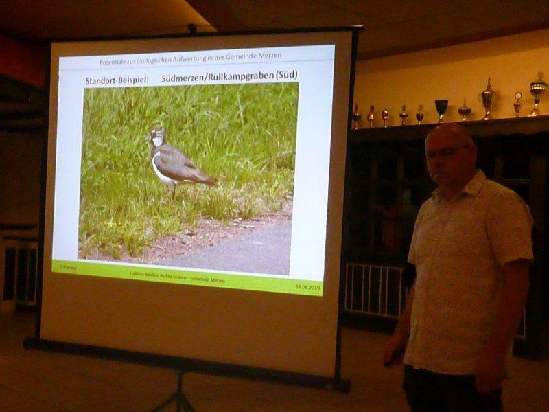 Die Präsentation mit einem Vogel zu sehen und rechte daneben Josef Klausing